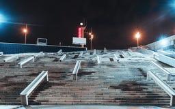 Vue de nuit d'un escalier énorme photographie stock