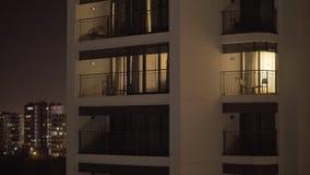 Vue de nuit d'une façade d'hôtel clips vidéos