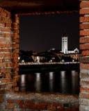 Vue de nuit d'une fenêtre du pont de Scaligero du vieux castel, Vérone, Italie image stock