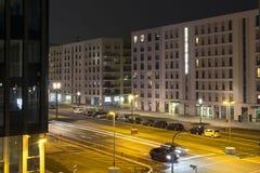 Vue de nuit d'une rue et d'une intersection Image stock