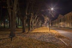 Vue de nuit dans l'effort de ville de Daugavpils avec de vieilles portes militaires Images libres de droits