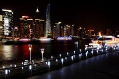 Vue de nuit dans la digue de Changhaï photos stock