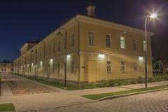Vue de nuit dans le bâtiment de gendarmerie de route d'effort de ville de Daugavpils Image libre de droits