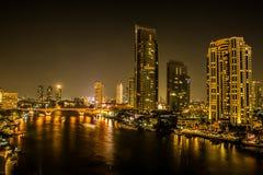 Vue de nuit de Bangkok au district des affaires Au crépuscule Photos stock
