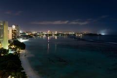 Vue de nuit de belle baie de Tumon Image stock