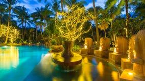 Vue de nuit de belle piscine dans la station de vacances tropicale, Thaïlande Photos libres de droits