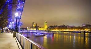 Vue de nuit de Big Ben et Chambres du Parlement, Londres R-U Photographie stock libre de droits