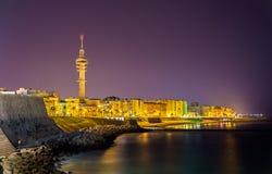 Vue de nuit de Cadix avec la tour de Tavira II - Espagne Image stock