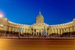 Vue de nuit de cathédrale de Kazan sur Nevsky Prospekt à Noël, St Petersburg image libre de droits