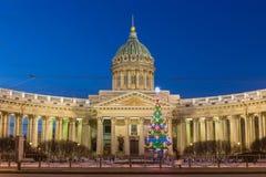 Vue de nuit de cathédrale de Kazan sur Nevsky Prospekt à Noël, St Petersburg photographie stock libre de droits