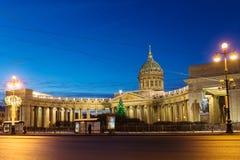 Vue de nuit de cathédrale de Kazan sur Nevsky Prospekt à Noël, St Petersburg photos libres de droits
