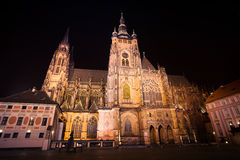 Vue de nuit de cathédrale de rue Vitus à Prague Photographie stock libre de droits