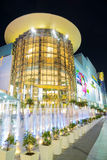 Vue de nuit de centre commercial de parangon avec la lumière sur la fontaine dans Bangk Photos stock