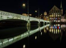 Vue de nuit de centre de la ville historique de Zurich l'été, canton de Zurich, Suisse Photos libres de droits