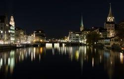 Vue de nuit de centre de la ville historique de Zurich l'été, canton de Zurich, Suisse Photographie stock libre de droits