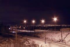 Vue de nuit de chemin de fer avec des lanternes et des lumières de ville Photo libre de droits
