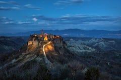 Vue de nuit de Civita di Bagnoregio, Latium, Italie Image stock