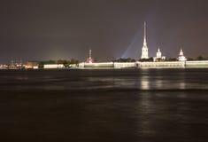 Vue de nuit de forteresse de Peters et de Paul Images libres de droits