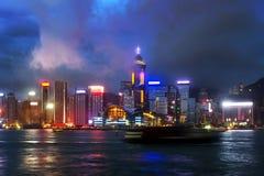 Vue de nuit de Hong Kong de Victoria Harbor Photographie stock