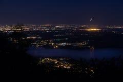 Vue de nuit de l'aéroport de Milan Malpensa, de Milan et de lac Varèse Photo libre de droits