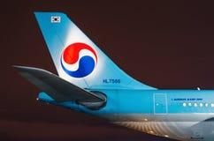 Vue de nuit de l'aéroport et de l'avion de queue Korean Air La Russie, St Petersburg en avril 2017 Photographie stock