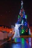 Vue de nuit de l'arbre de Noël à la ville Hall Square Photos stock