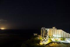Vue de nuit de l'hôtel Nikko Guam avec la belle baie de Tumon Photographie stock libre de droits