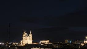 Vue de nuit de l'université pontificale de Salamanque photographie stock libre de droits