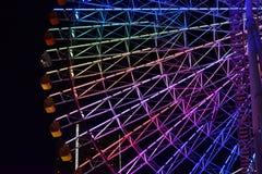 Vue de nuit de la grande roue avec l'illumination colorée image stock