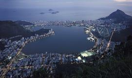 Vue de nuit de la lagune et le Leblon et l'Ipanema DIS de Rio de Janeiro Images libres de droits