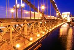 Vue de nuit de la passerelle à chaînes à Budapest, Hongrie Photos libres de droits