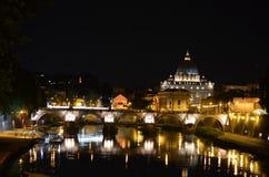Vue de nuit de la passerelle de Sant'Angelo Images libres de droits