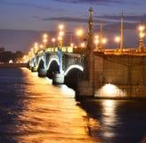 Vue de nuit de la passerelle de Troitsky Images libres de droits