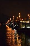 Vue de nuit de la passerelle de Troitsky Photographie stock libre de droits