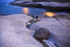 Vue de nuit de la plage en pierre dans Ténérife Image stock