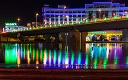 Vue de nuit de la réflexion du pont Photographie stock