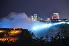 Vue de nuit de la ville et des chutes de chutes du Niagara Photographie stock