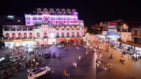 Vue de nuit de laps de temps d'intersection du trafic de ci-dessus - Hanoï Vietnam banque de vidéos