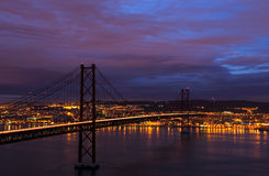 Vue de nuit de Lisbonne et 25ème d'April Bridge Photos stock