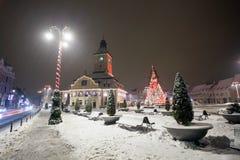Vue de nuit de logements sociaux de Brasov décorée pour Noël photo stock