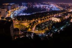 Vue de nuit de Malaga avec le port et de Placa de Torros de château Photographie stock libre de droits