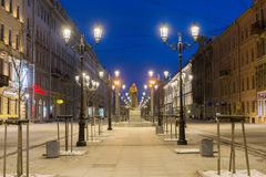 Vue de nuit de Malaya Konyushennaya Street à St Petersburg images libres de droits