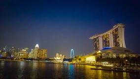 Vue de nuit de Marina Bay à Singapour Photo stock