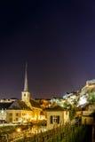 Vue de nuit de Neumunster au Luxembourg photos stock