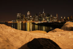 Vue de nuit de NYC de Pier6, Brooklyn Photographie stock libre de droits