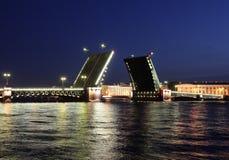 Vue de nuit de passerelle de palais. St Petersburg Photo stock
