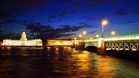 Vue de nuit de passerelle de palais. St Petersburg Image libre de droits