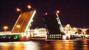 Vue de nuit de passerelle de palais. St Petersburg Photo libre de droits