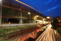 Vue de nuit de passerelle piétonnière au passage de ciel Photo stock