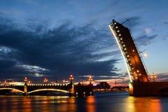 Vue de nuit de passerelle St Petersburg Photos libres de droits